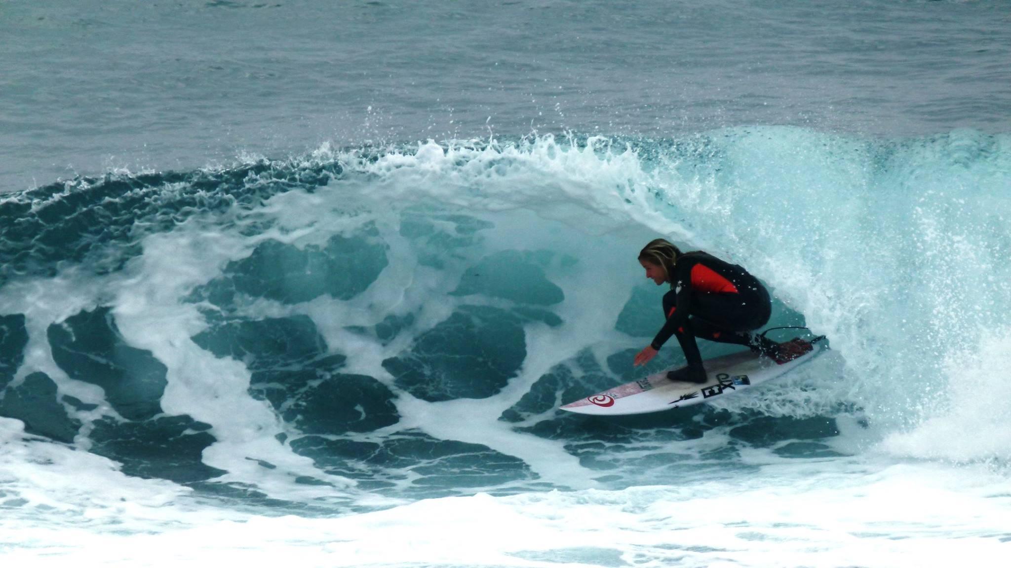 pauline ado surfeuse pro tube barrel
