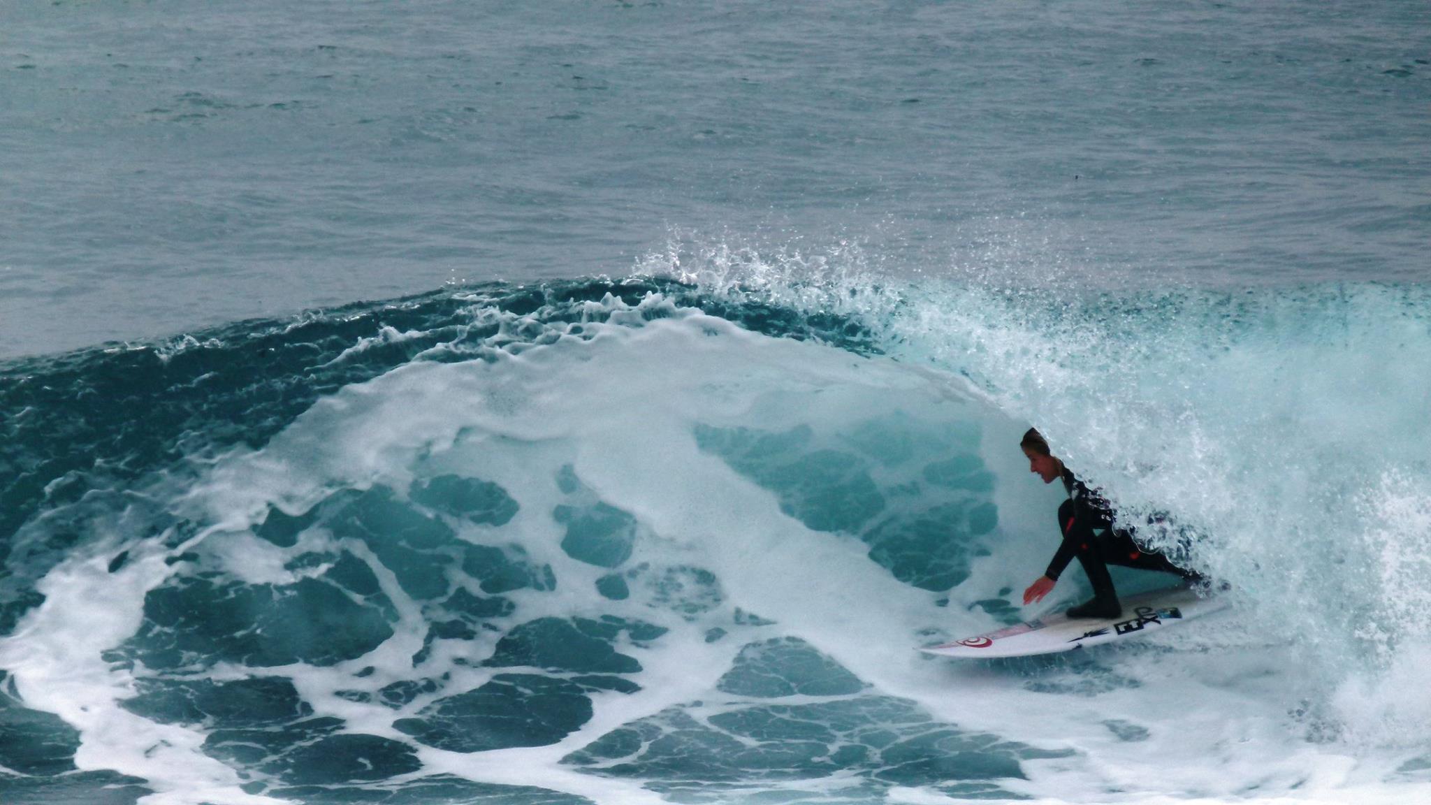 tube en surf, pauline ado, tube, côte bleue, méditerranée, surfeuse pro