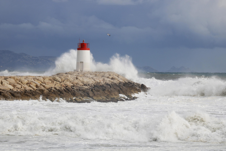 grosse vague, big swell, spot, tempête, surf, surfeur, surfeuse.fr, vague, phare, côte bleue, marseille