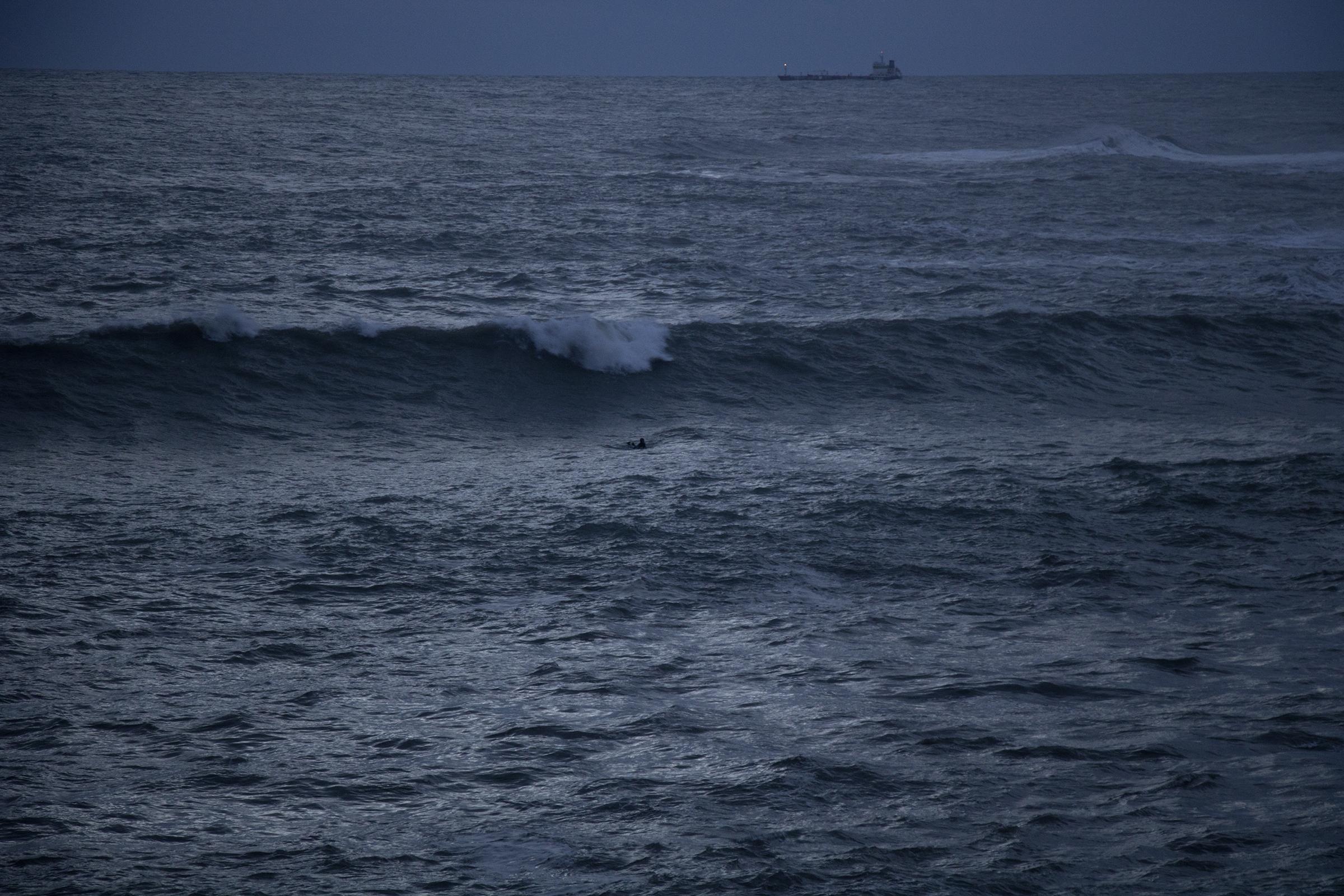 grosse vague, big swell, session nocturne, tempête, surf, surfeur, surfeuse.fr