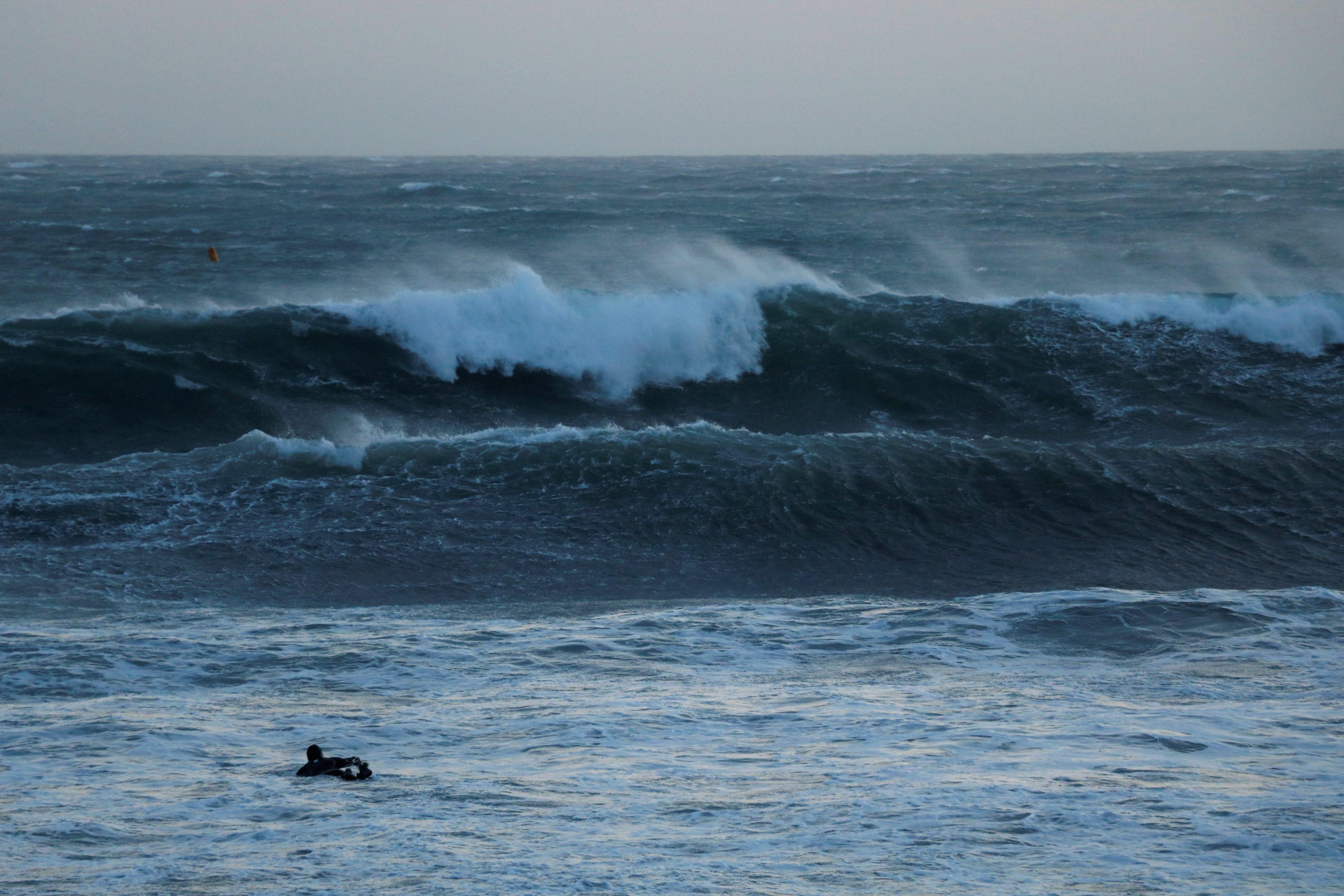 surfeur seul face à la vague