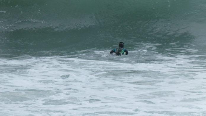 canard en surf duck dive, surfeuse, surf girl