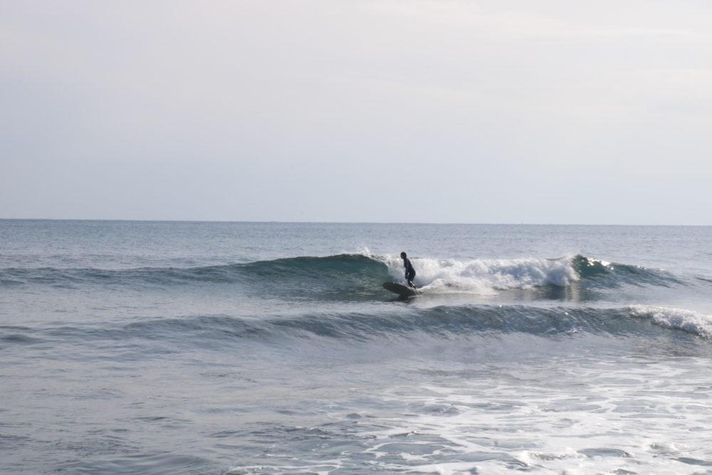 surfeuse petites vagues méditerranée reprise du surf après accouchement