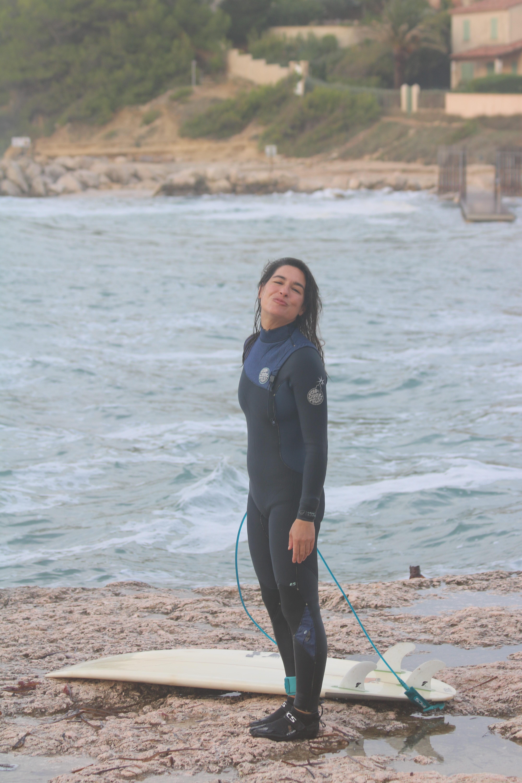 surfeuse avant de surfer