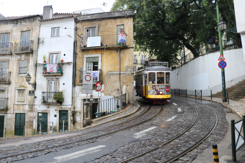 ruelles alfama lisbonne tramway 38